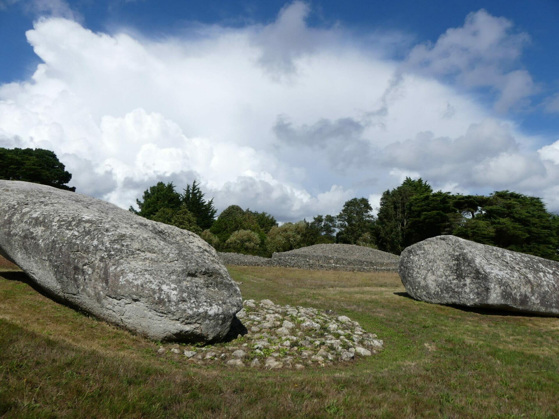 Mégalithes. Grand menhir brisé et table des marchands à Locmariaquer